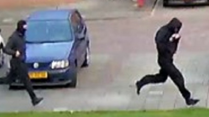 Politie komt met beelden van aanvallers fotograaf Bremer