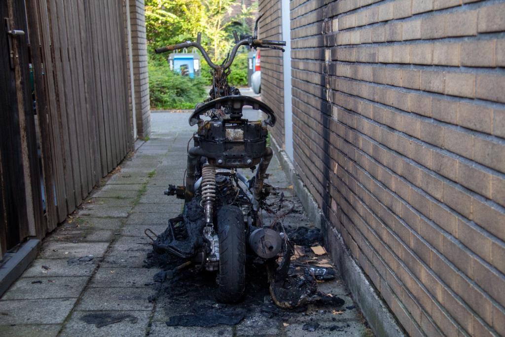 Weer voertuig in brand, nu in Oostwijk