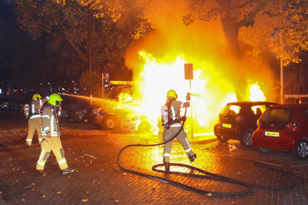 Auto brandt volledig uit op Oosthavenkade