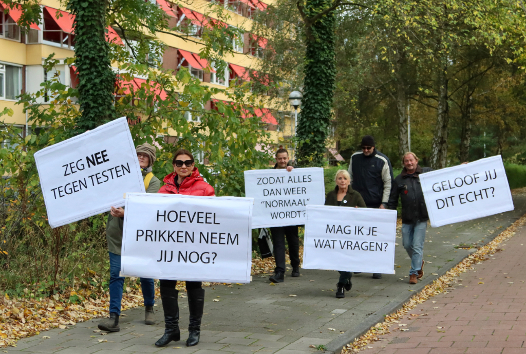 Demonstratie tegen prikken en testen op de Holysingel