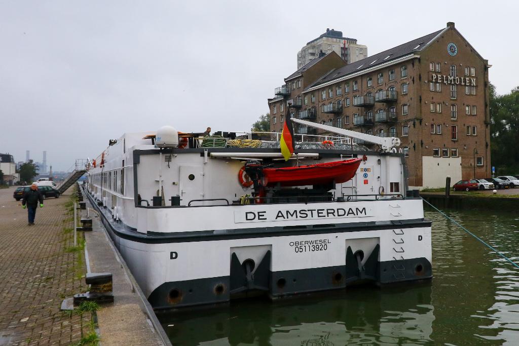 Drijvend AZC afgemeerd aan de Oosthavenkade