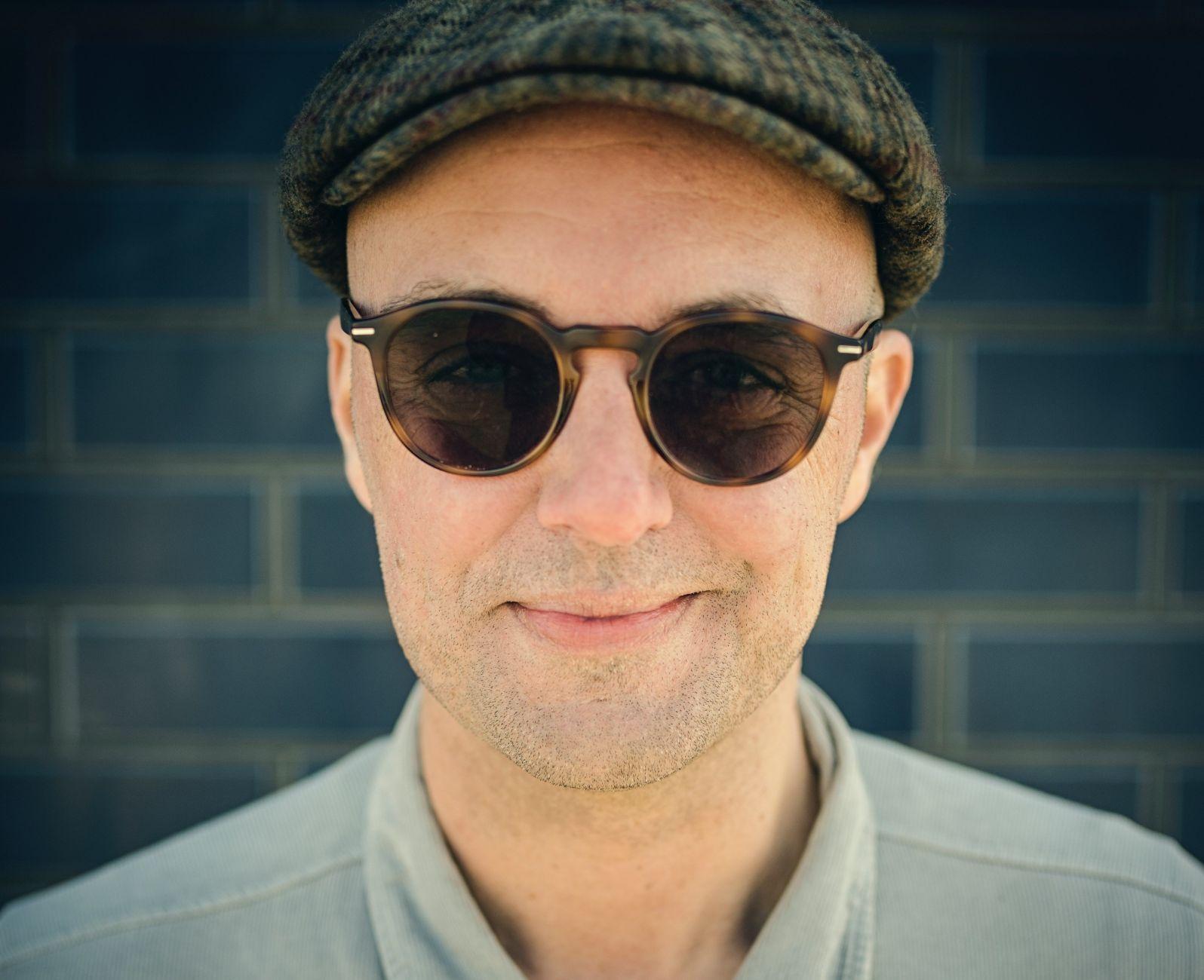 Singer-songwriter Niels Geusebroek terug in het theater