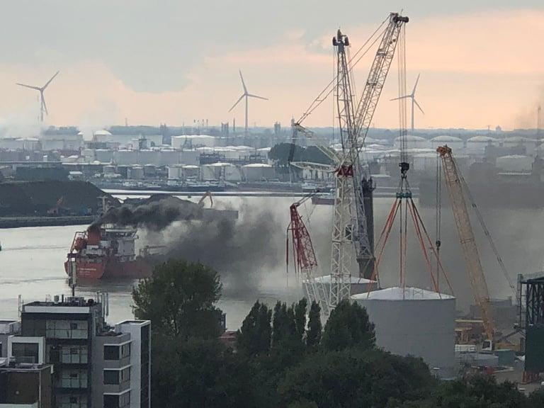 Groot oliespoor na motorproblemen schip op Nieuwe Maas