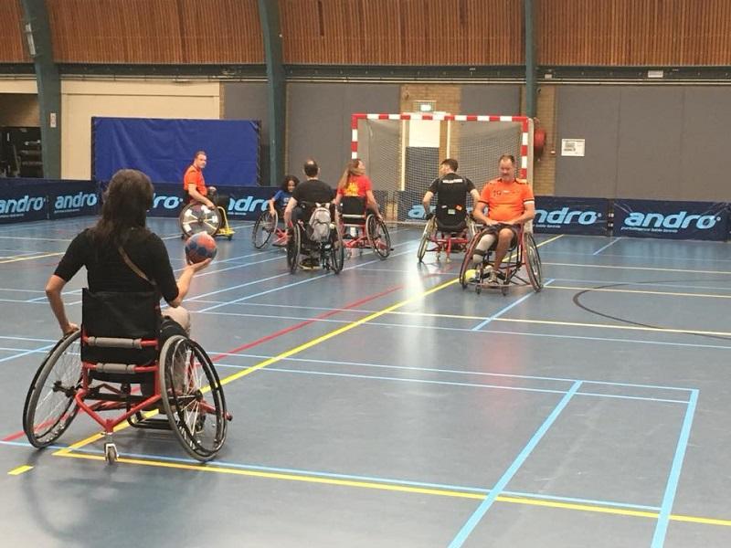 Nederlandse rolstoelhandballers bij 'Aangepast Sporten MVS'