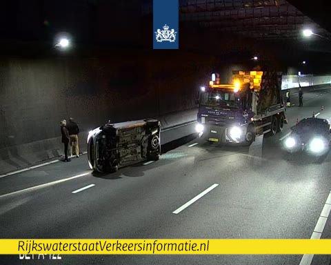 Auto gekanteld in Beneluxtunnel