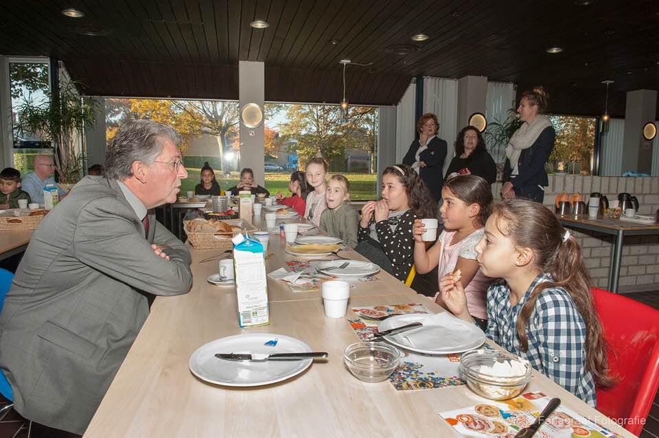 Kinderen brengen burgemeester Haan ontbijtje in stadhuis