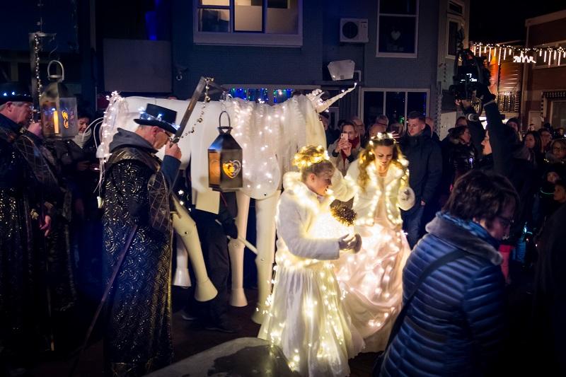 Grote belangstelling voor kerstlichtjeswandeling en kerstmarkt
