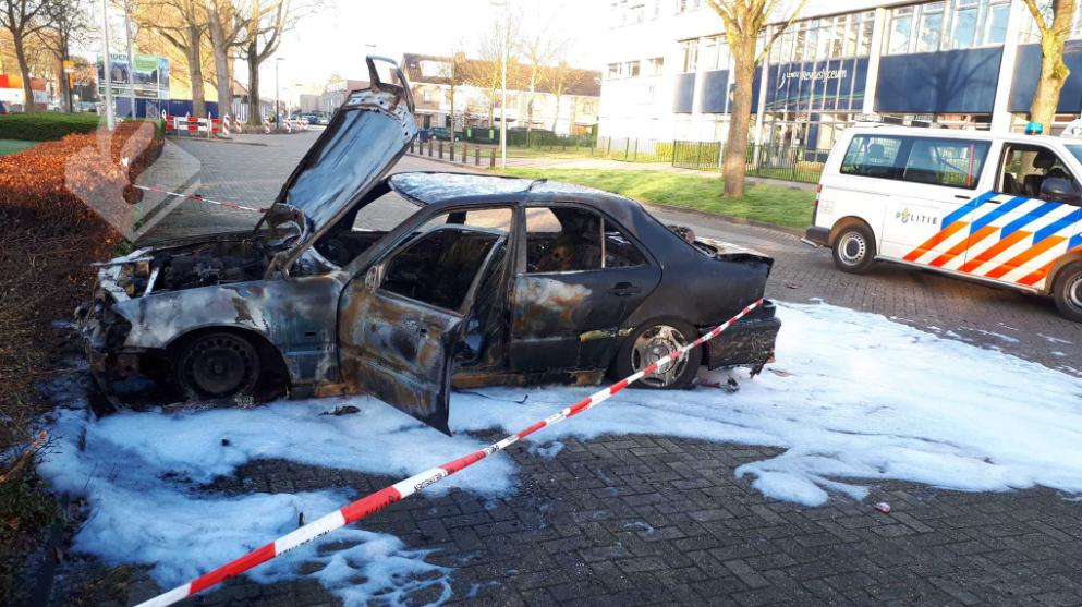 Auto uitgebrand aan het Reviusplein