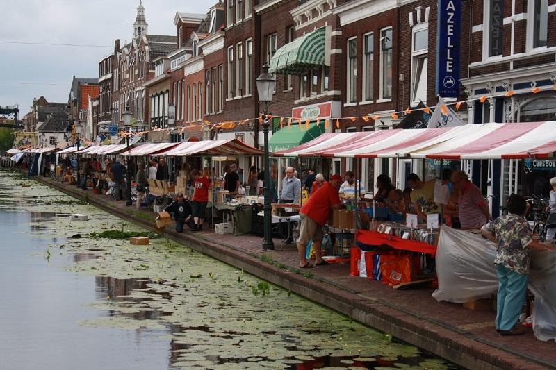 Boeken- en Platenmarkt in het centrum van Maassluis