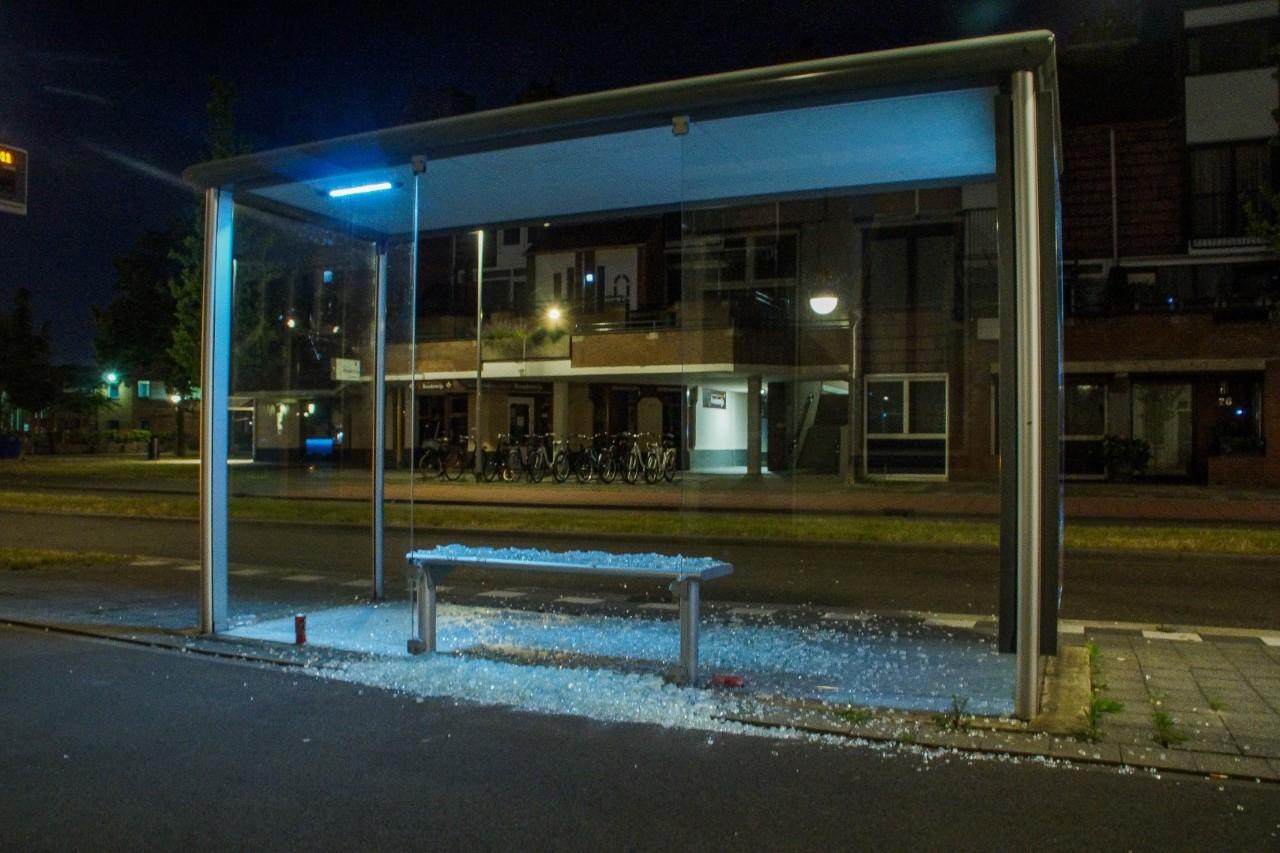 Twee bushokjes aan Dr. Jan Schoutenlaan vernield