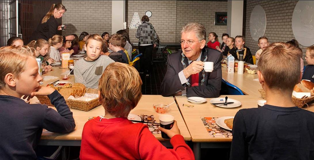 Kinderen ontbijten met burgemeester in het stadhuis