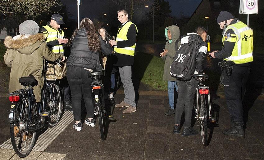 Boetes uitgedeeld bij fietsverlichtingscontrole Rozenlaan Maassluis