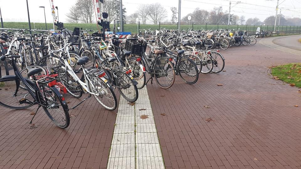 Fietsen op geleidestrook bij station Steendijkpolder