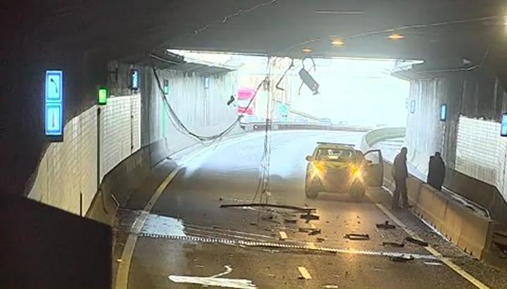 Schade aan Beneluxtunnel na aanrijding te hoge vrachtwagen