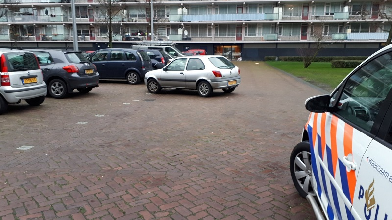 Auto uit parkeervak gewaaid