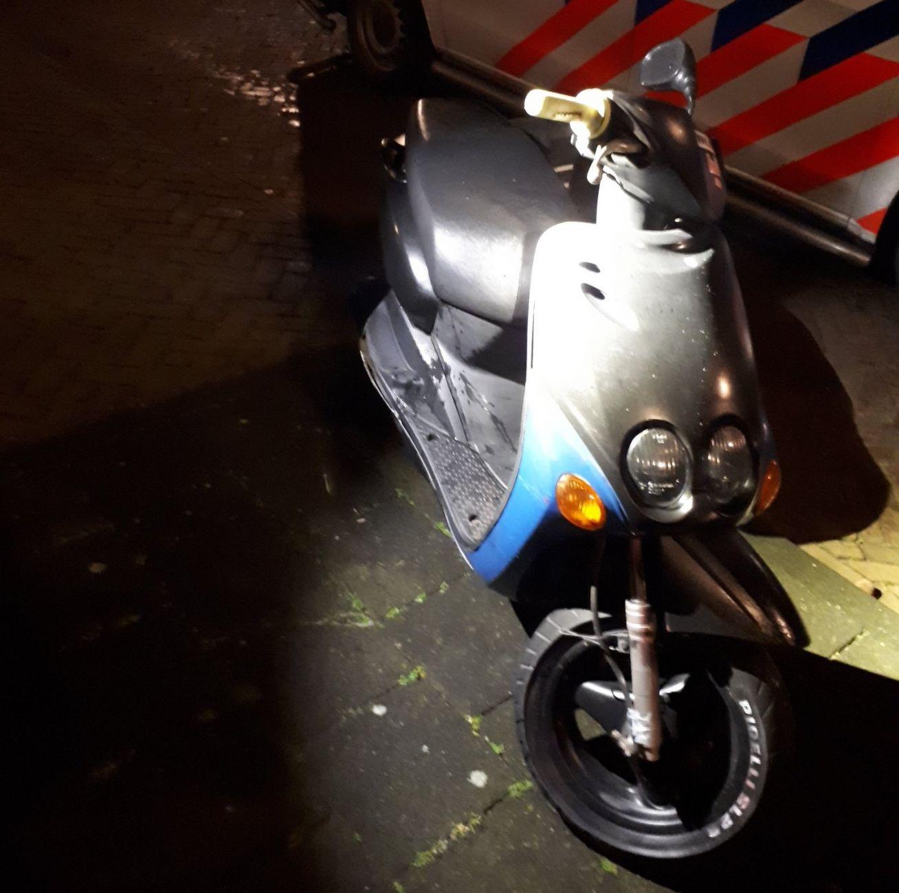Politie zoekt eigenaar van scooter zonder kentekenplaat