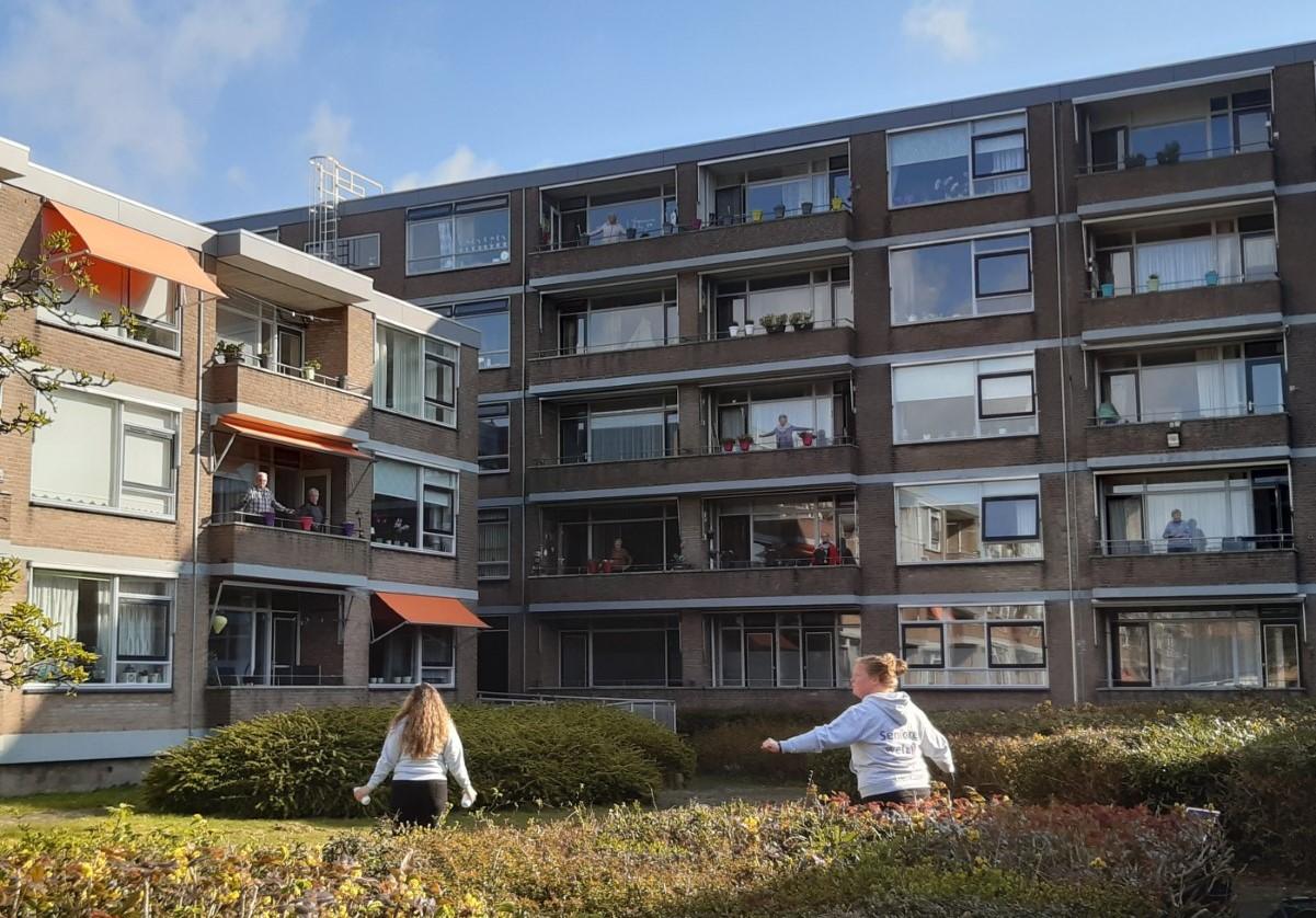 Bewoners De Vliet vanaf balkon in beweging
