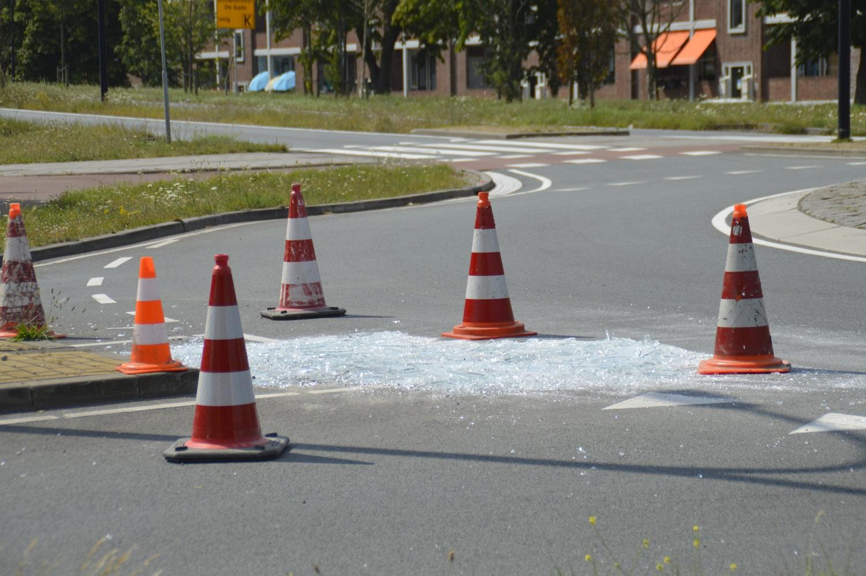 Vrachtwagen verliest meerdere glasplaten op rotonde