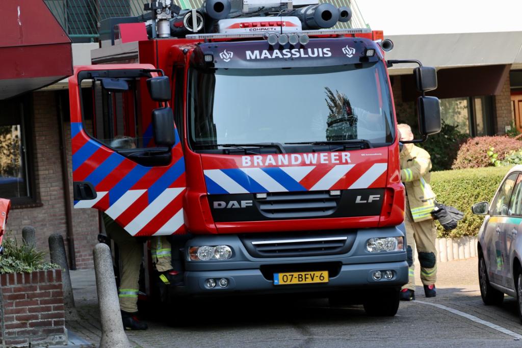 Bewoner hulpeloos op de grond, brandweer breekt deur open