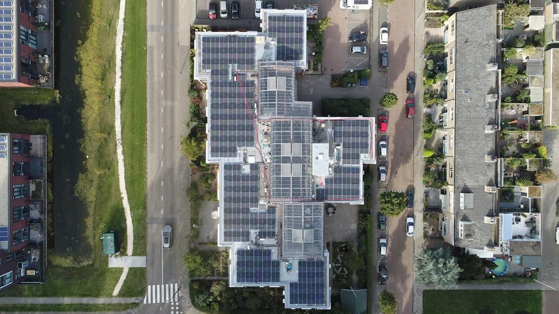 300 zonnepanelen op appartementencomplex Korhoenlaan