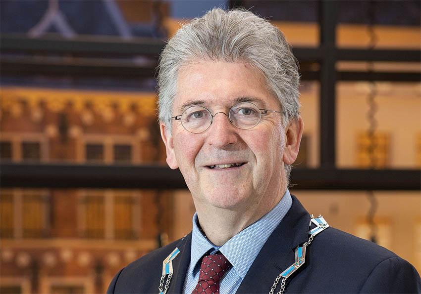 Burgemeester Haan: 'Doe hem op dat mondkapje'