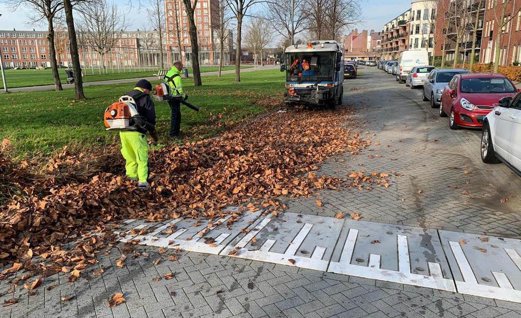Stadsbedrijf ruimt bladafval op