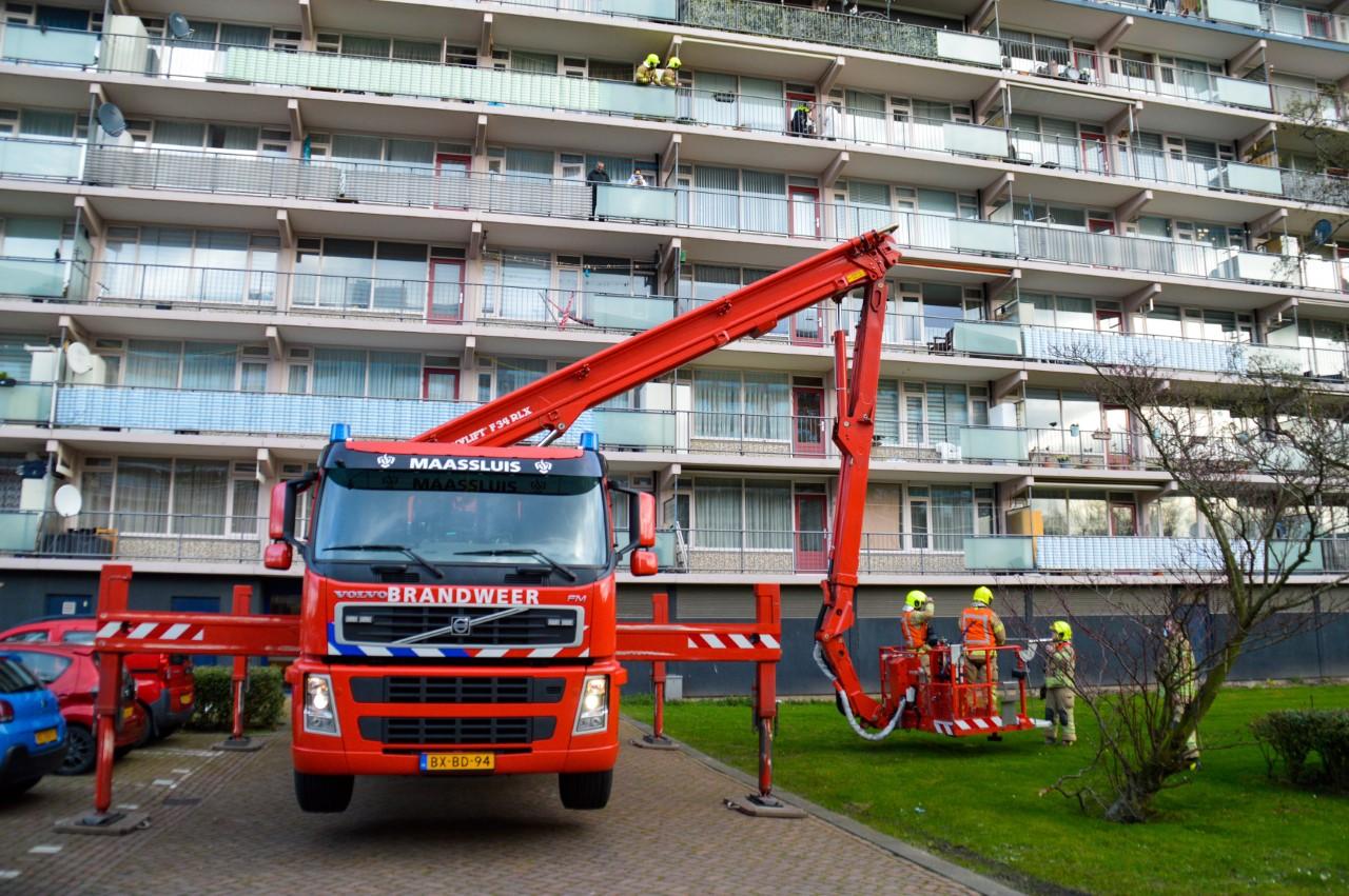 Politie en brandweer redden buitengesloten vrouw van balkon