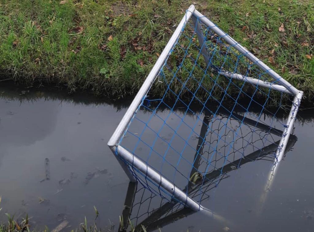 Jongeren gooien doel Excelsior Maassluis in sloot