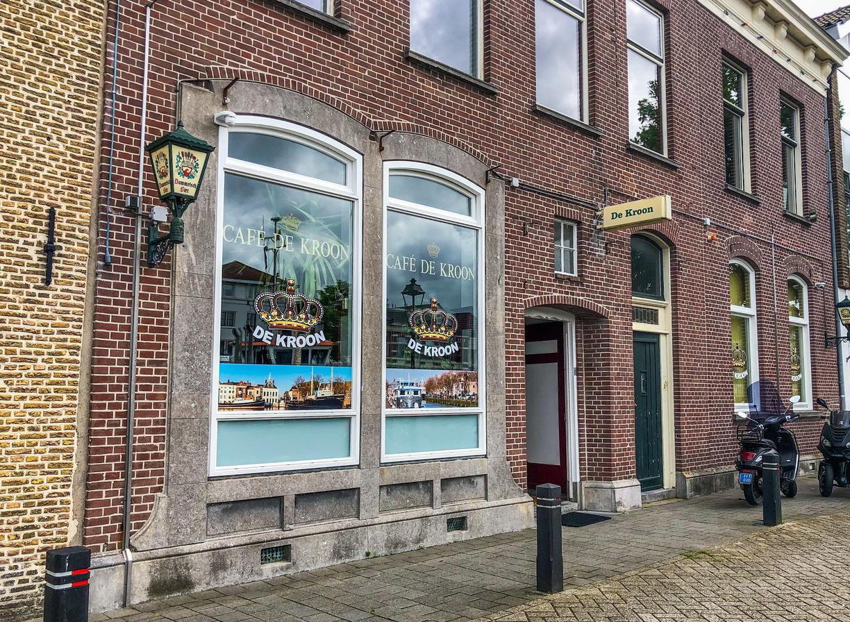 Politie valt café in Maassluis binnen