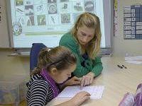 Siko terughoudender met studenten voor de klas