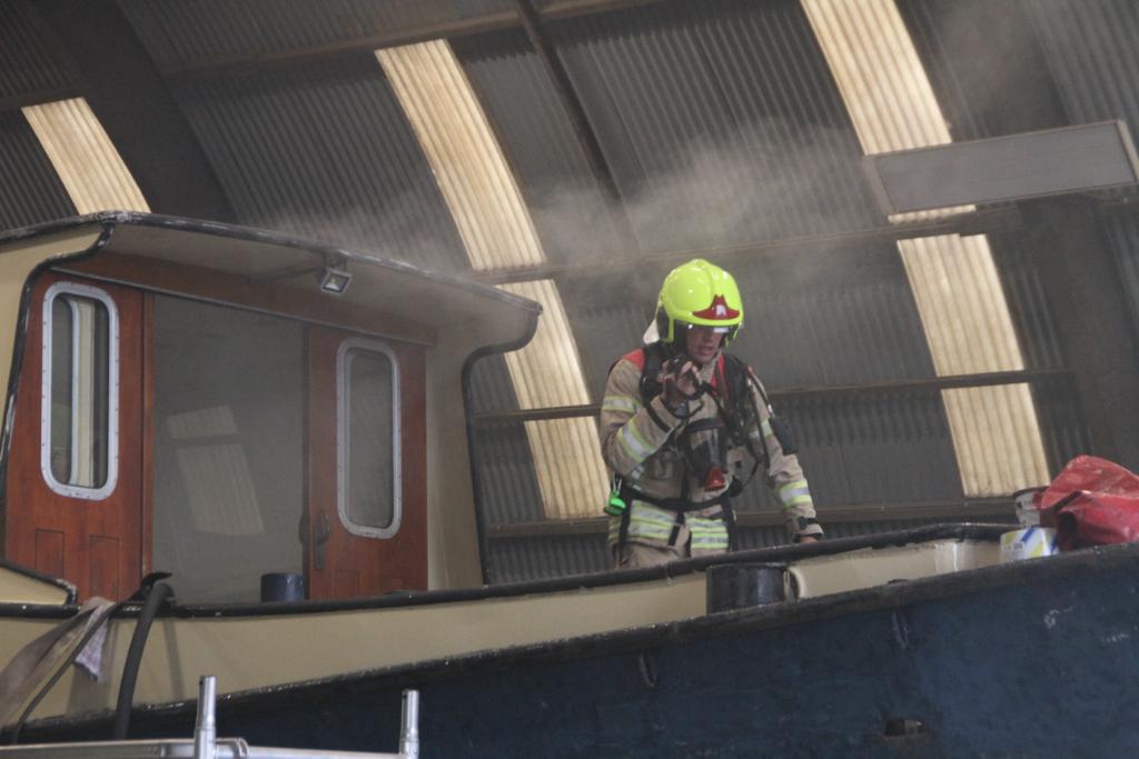 Brand in sleepboot tijdens onderhoud