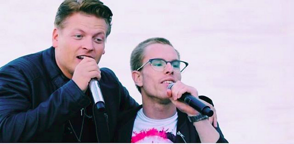 Wie is die zanger naast Dave?