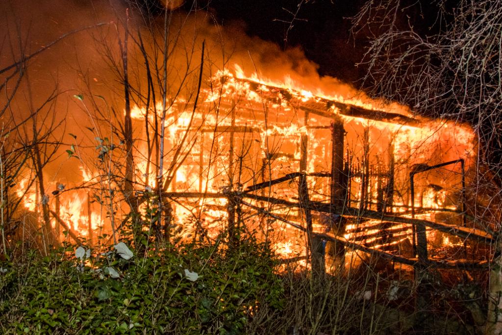 Tuinhuisje brandt uit