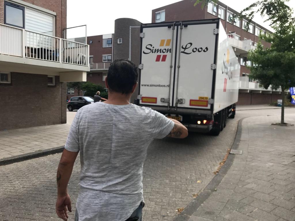 Vrachtwagen neemt verkeerde weg en zorgt voor opstopping