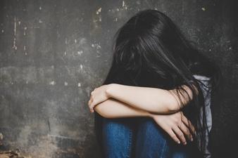 Waarom doen die verkrachte en aangerande meisjes zo weinig aangifte?