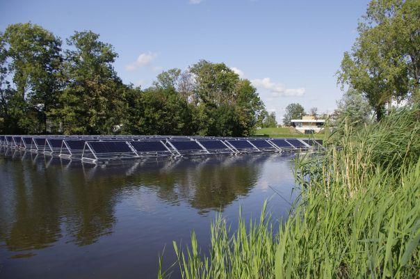 Drijvende zonnepanelen zorgen voor stroom op Harga