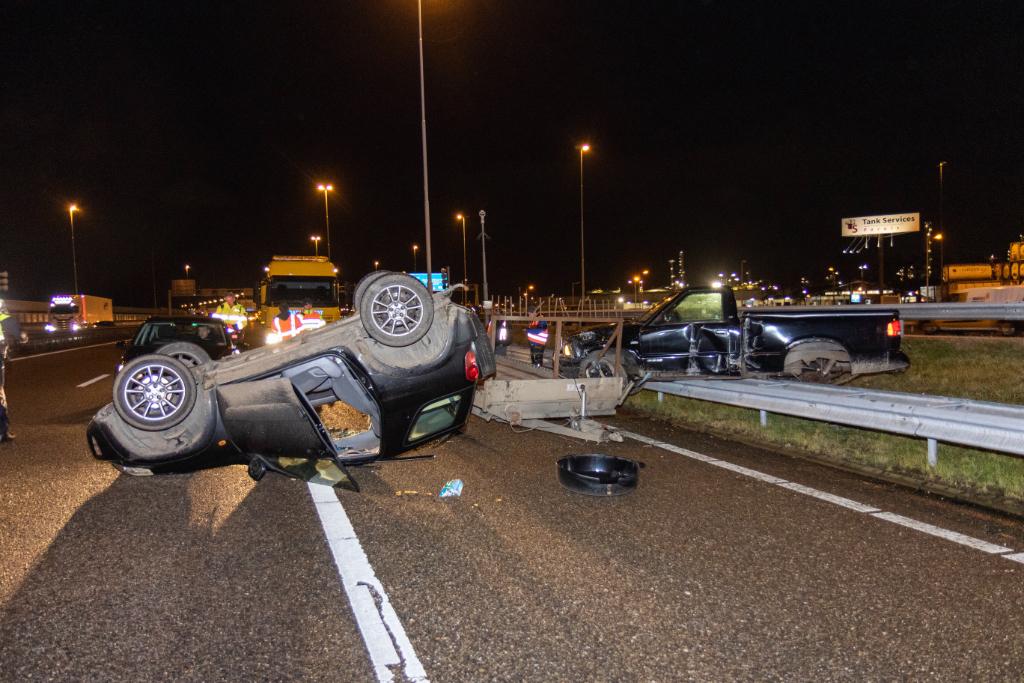 Auto op zijn kop bij Beneluxtunnel