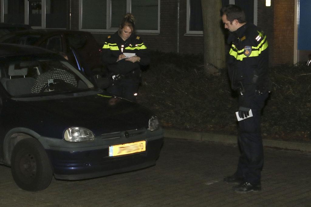 Politie fouilleert in Groenoord