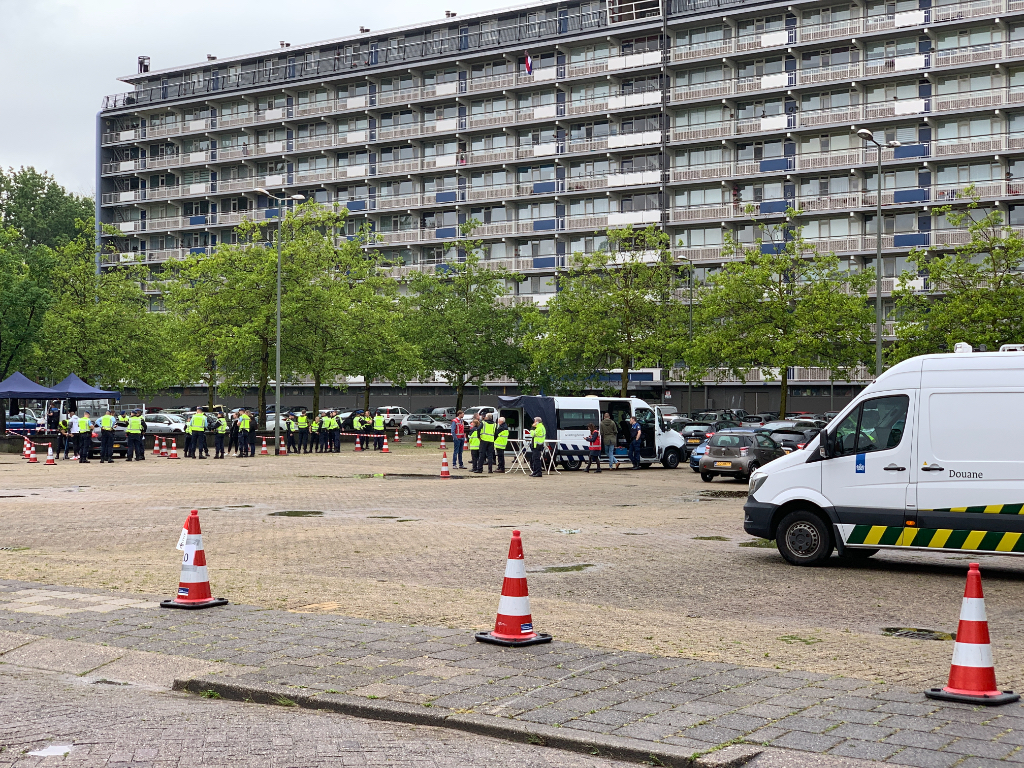 Grootscheepse controle auto's op Bachplein