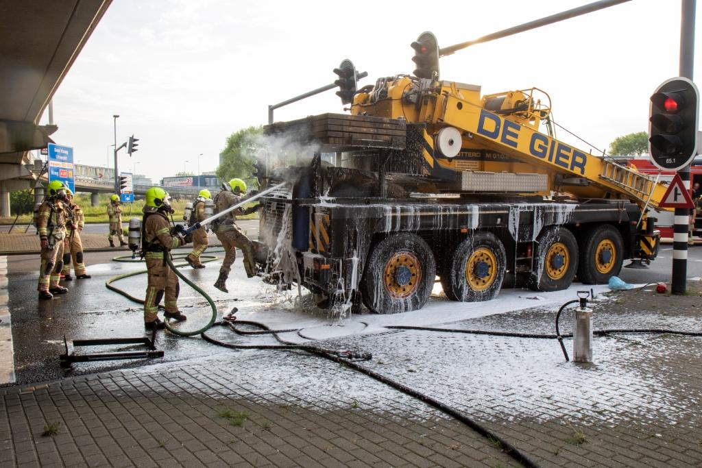 Kraanwagen vat vlam