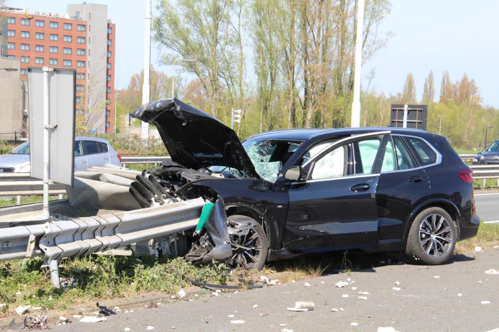 Traumapersoneel behandelt automobilist na crash