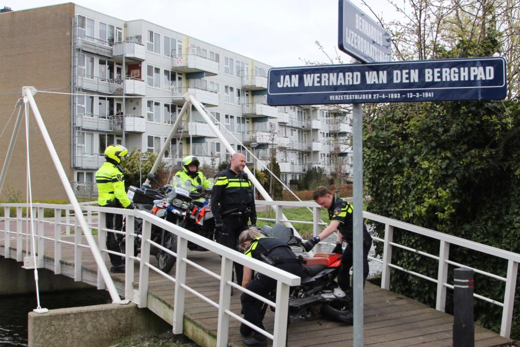 Politie achtervolgt scooter in Woudhoek
