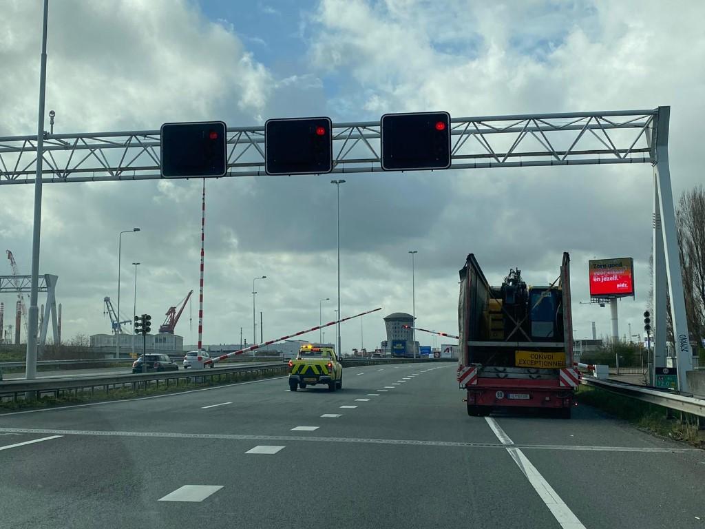Beneluxtunnelbuis afgesloten door hoge vrachtwagen