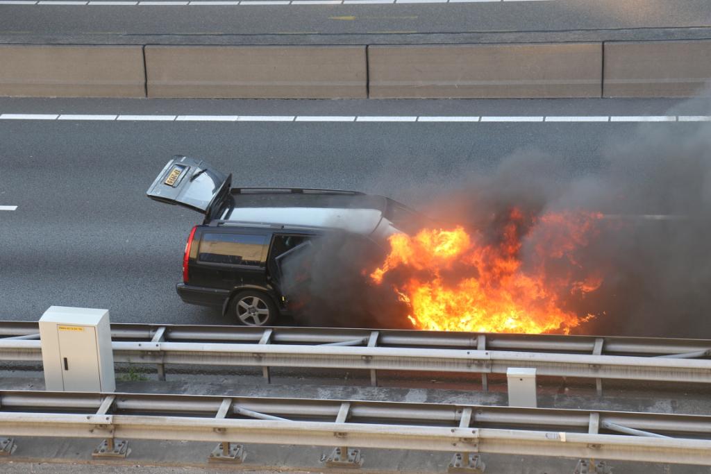 Auto in de brand op A4