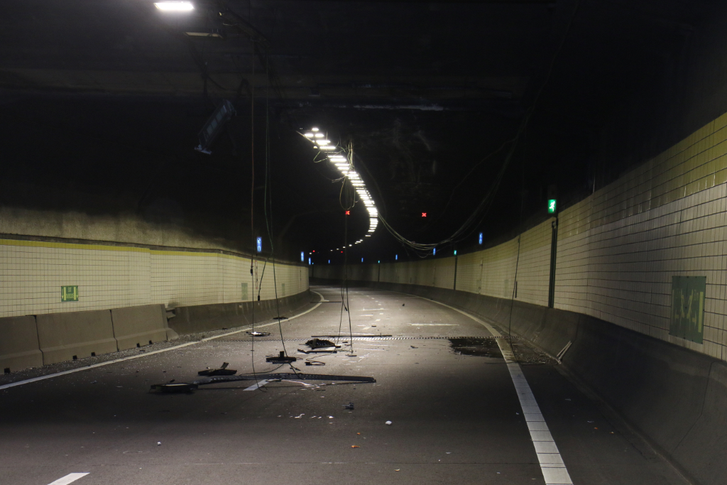 Plafonddelen tunnel bezaaid over wegdek