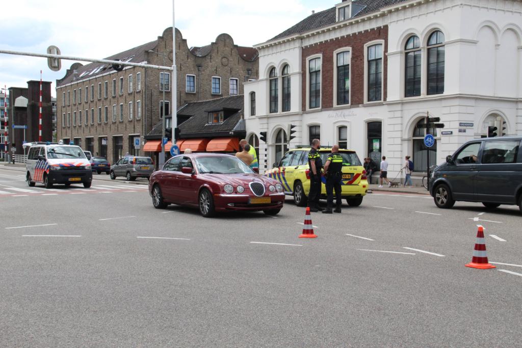 Fietsster naar ziekenhuis na botsing Oranjestraat