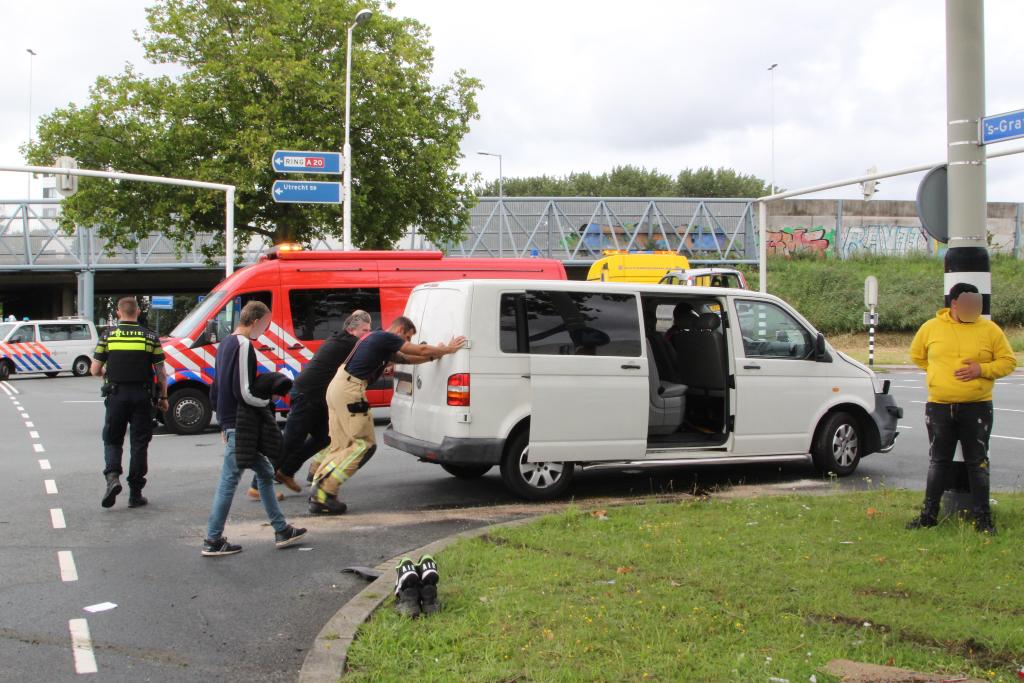 Verkeer raakt opgestopt na botsing nieuw busje