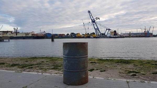 Aangespoeld vat wordt verwijderd door milieu-incidentenbedrijf
