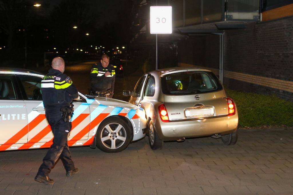 Politie rijdt auto klem