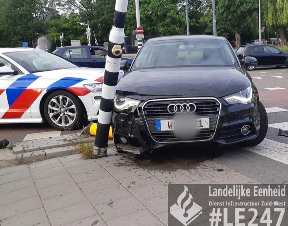 Automobilist crasht voor politiebureau Schiedam na achtervolging